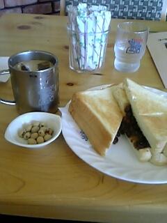 コーヒーにピーナッツ。そして小倉トースト。